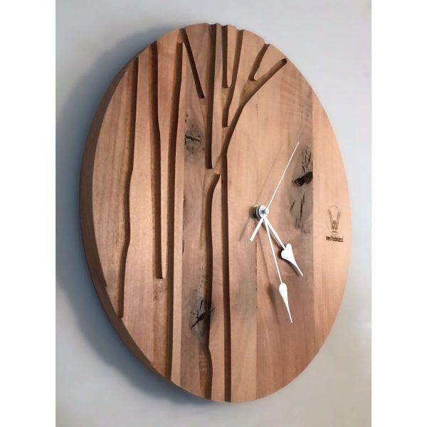 reloj de roble con formas de ramas de arbol