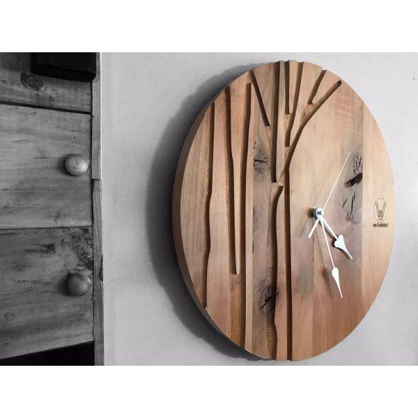 reloj de roble con mecanismo